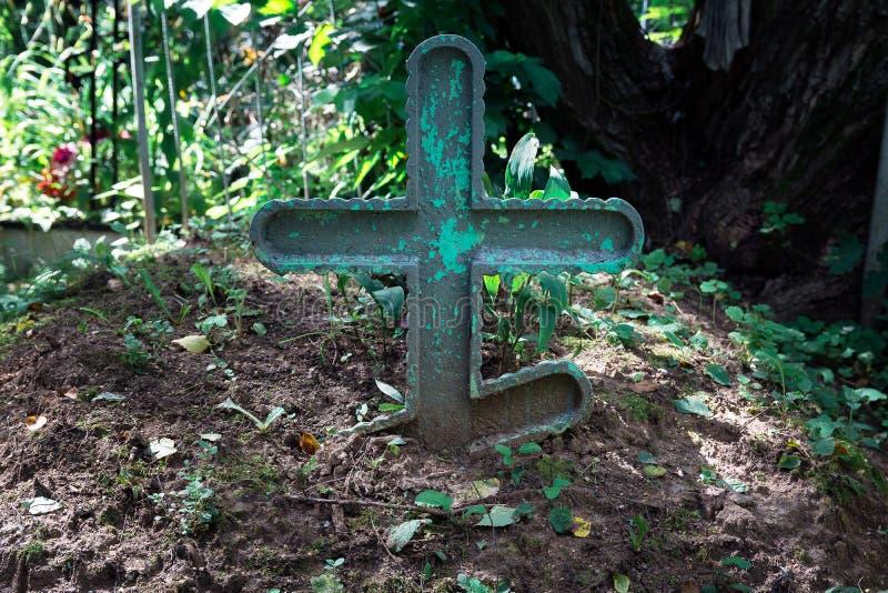 Vieja cruz verde de madera en el sepulcro imagen de archivo libre de regalías