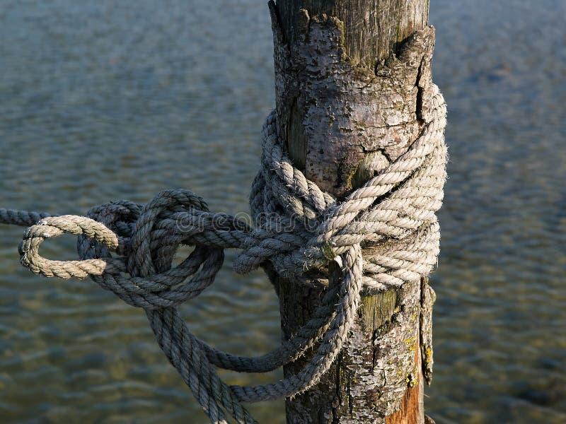 Vieja cuerda náutica del amarre de un pequeño barco de pesca imágenes de archivo libres de regalías