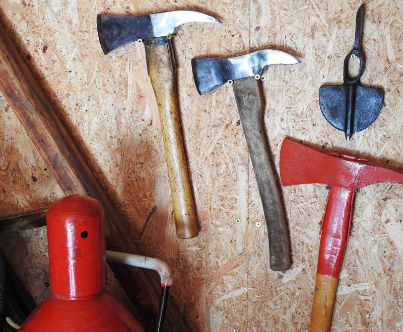 Vieja ejecución del hacha de los bomberos en la pared imagenes de archivo
