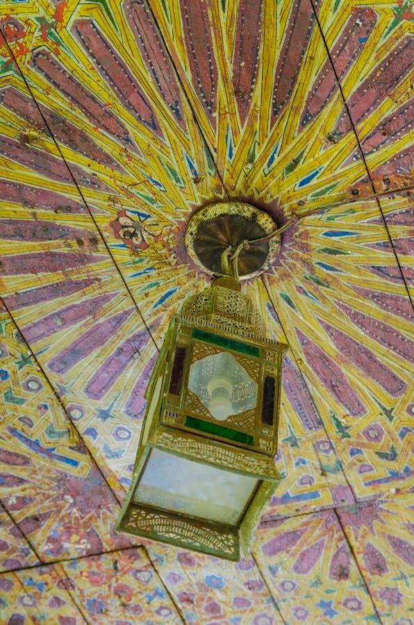 Vieja ejecución hermosa de la linterna o de la lámpara del techo del museo en Marrakesh, Marruecos, África del Norte imagen de archivo