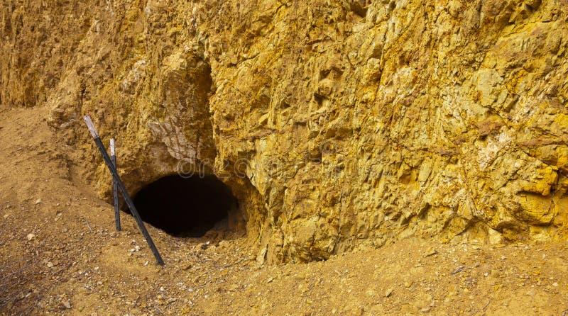 Vieja entrada de la mina foto de archivo libre de regalías