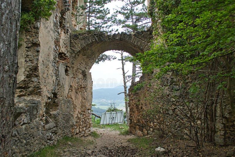 vieja entrada a la ruina del castillo fotos de archivo