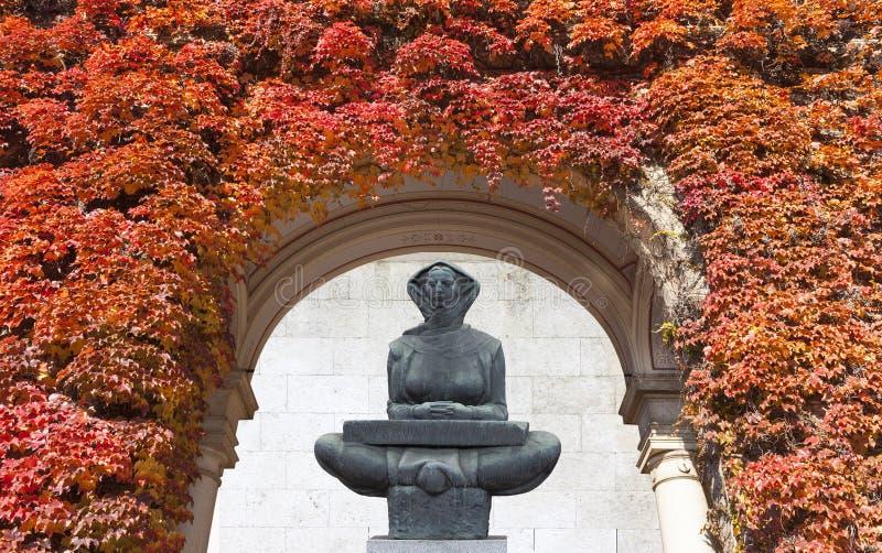 Vieja escultura de la mujer campesina imagen de archivo