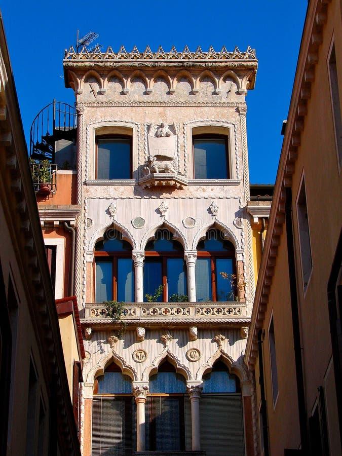 Vieja escultura de las ventanas de la arquitectura de la casa de Venecia fotos de archivo libres de regalías