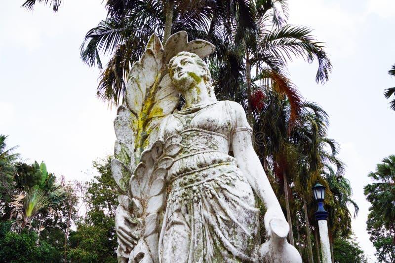 Vieja escultura de una mujer campesina de trabajo foto de archivo