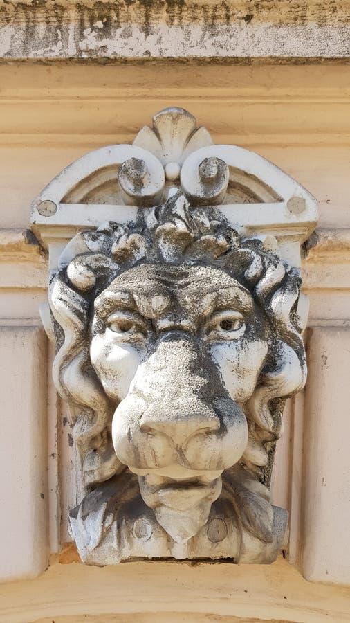 Vieja escultura del primer polvoriento del monumento de la cara del león fotos de archivo libres de regalías
