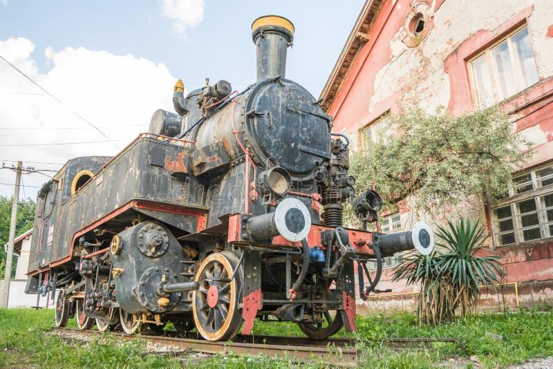 Vieja vieja estación de tren cercana locomotora yugoslava imágenes de archivo libres de regalías