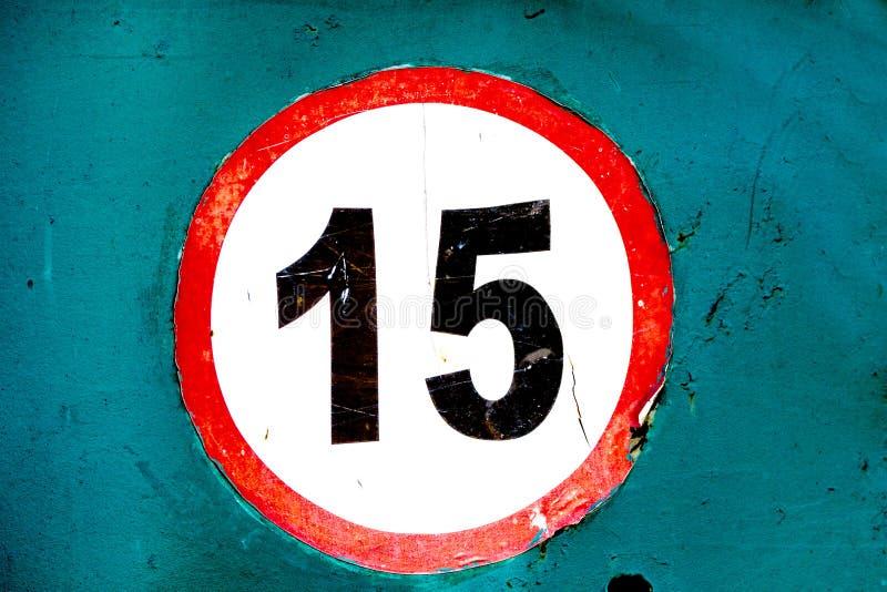 Vieja etiqueta engomada llevada del límite de velocidad de la muestra 15 a bordo fotografía de archivo libre de regalías