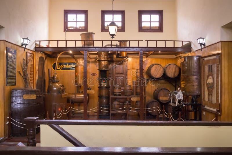 Vieja exhibición de la destilería en Havana Rum Factory fotos de archivo libres de regalías