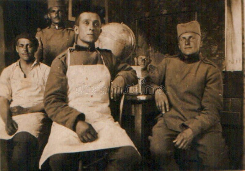 Vieja fotografía de cuatro soldados de reino del ejército de Yugoslavia en cantina militar circa 1930 imágenes de archivo libres de regalías