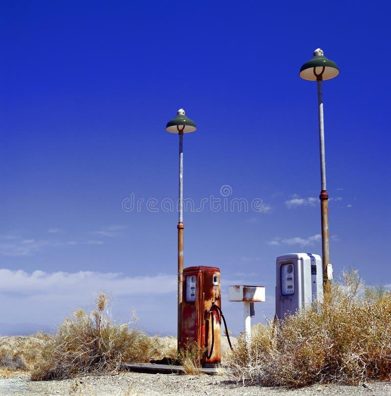 Vieja gasolinera imagen de archivo