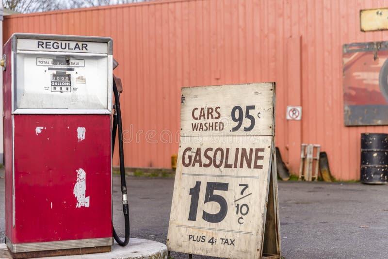 Vieja gasolinera del coche, haciendo publicidad para la gasolina barata, imagenes de archivo