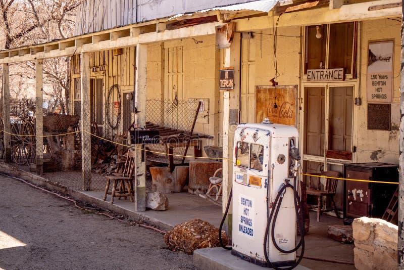 Vieja gasolinera en el pueblo de Benton - BENTON, los E.E.U.U. - 29 DE MARZO DE 2019 fotografía de archivo libre de regalías