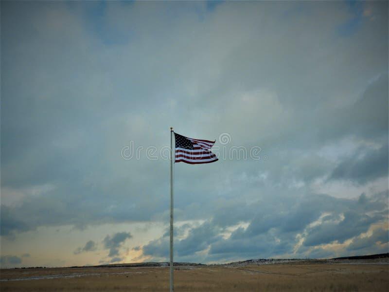 Vieja gloria de la bandera americana en un campo en un winter& x27; día de s imagen de archivo libre de regalías