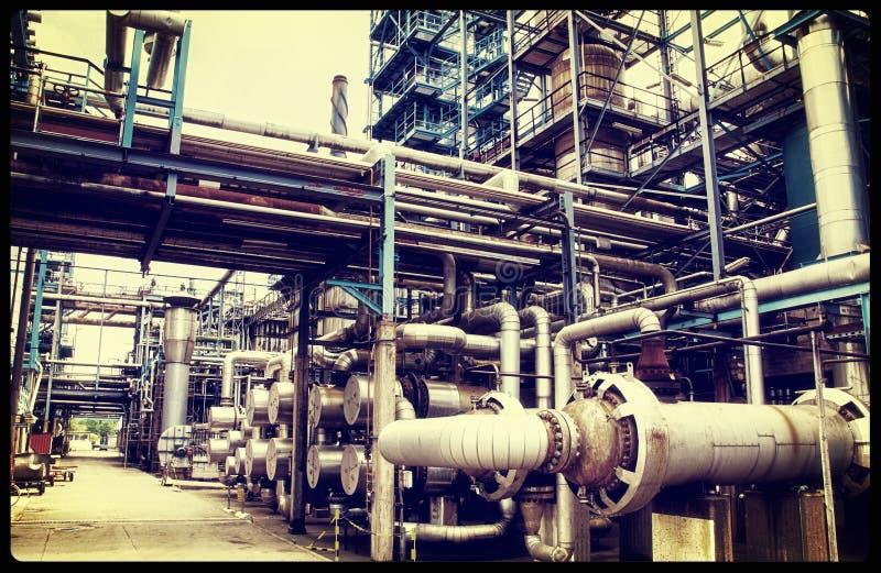 Vieja industria de la refinería del petróleo y gas fotos de archivo