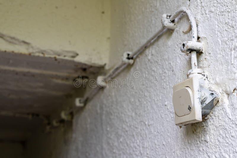 Vieja instalación eléctrica en una casa separada Interruptor de la luz en el sótano foto de archivo