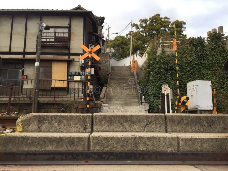 Vieja intersección del tren con el edificio viejo, Onomichi, Hiroshima, Japón foto de archivo