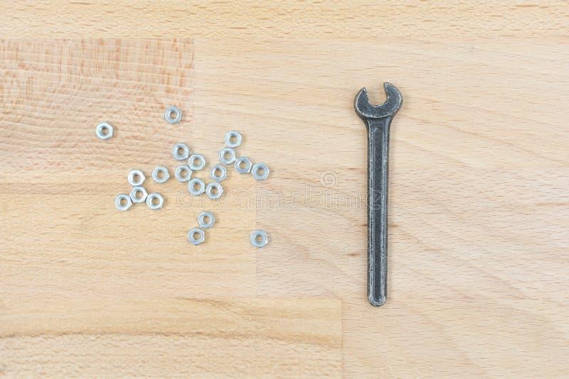 Vieja llave inglesa en una tabla de madera imagen de archivo libre de regalías