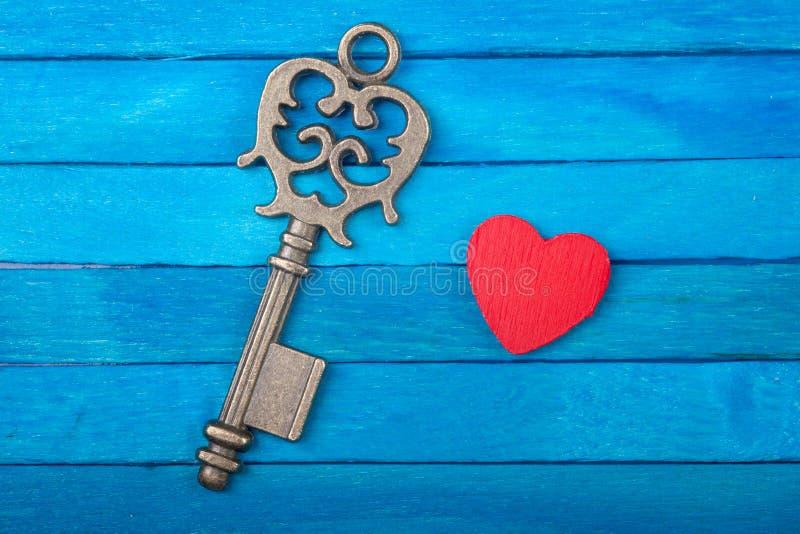 Vieja llave y corazón rojo imagen de archivo libre de regalías