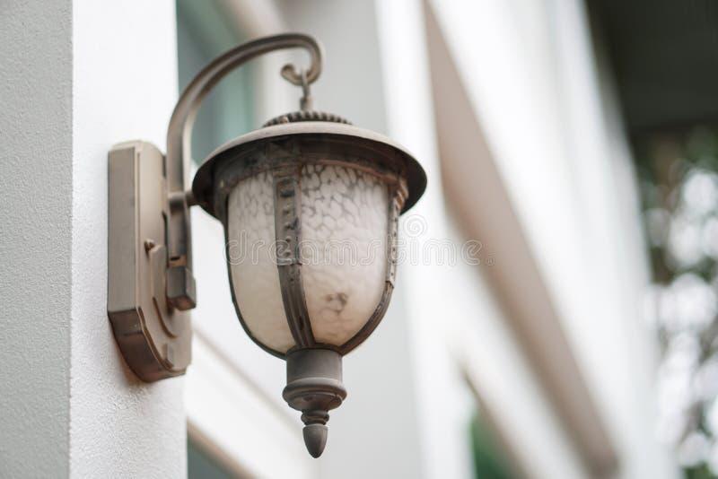 Vieja luz al aire libre de la lámpara de pared en exterior del blanco foto de archivo libre de regalías