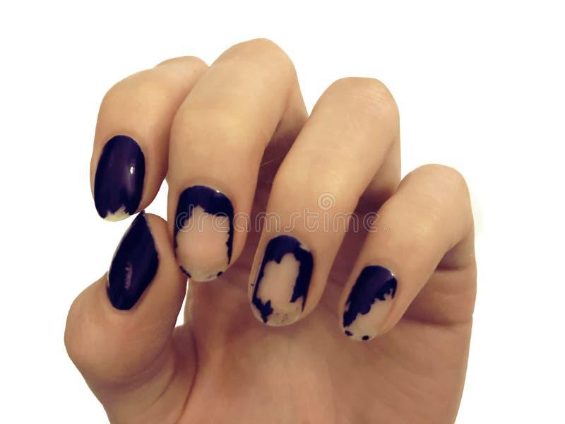 Vieja manicura azul marino Esmalte de uñas lamentable Manos de la mujer en la tabla blanca Spa fotos de archivo
