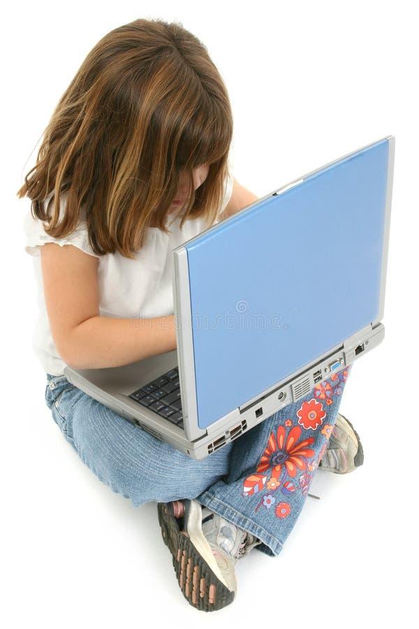 Vieja muchacha de cinco años hermosa con la computadora portátil imagen de archivo libre de regalías