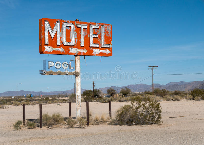Vieja muestra abandonada del motel de la carretera imagen de archivo