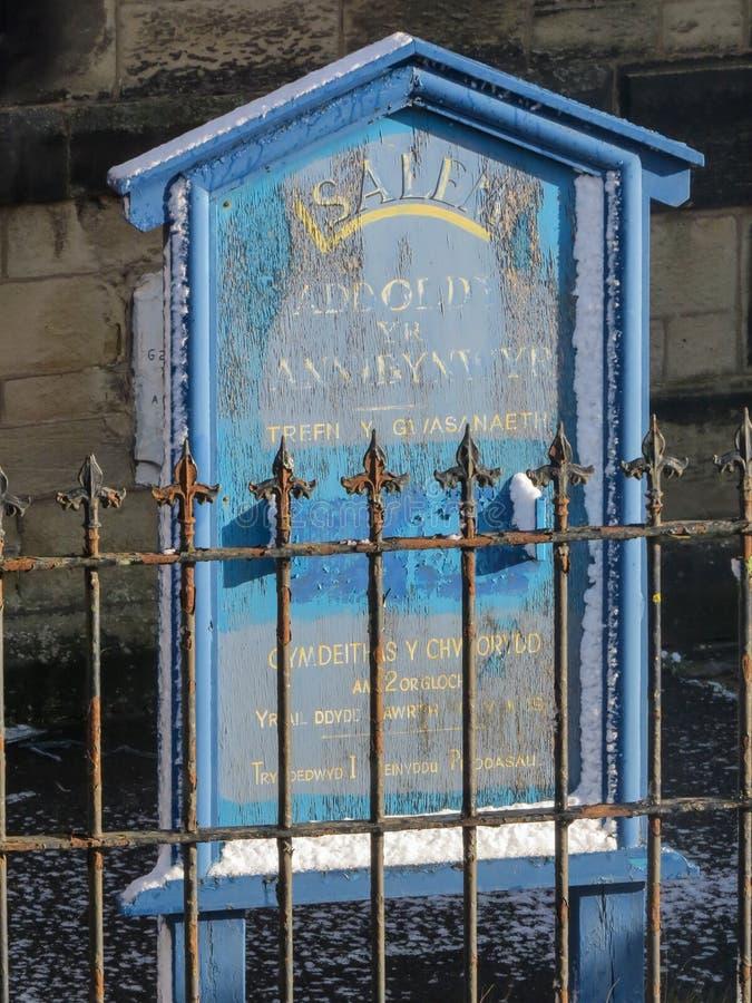 Vieja muestra azul abandonada de la iglesia de Salem Lengua Galés fotos de archivo
