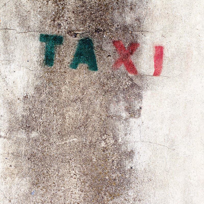 Vieja muestra del taxi de la plantilla en la pared fotografía de archivo