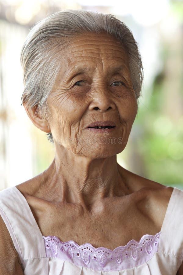 Vieja mujer cabelluda gris del retrato, Asia foto de archivo libre de regalías
