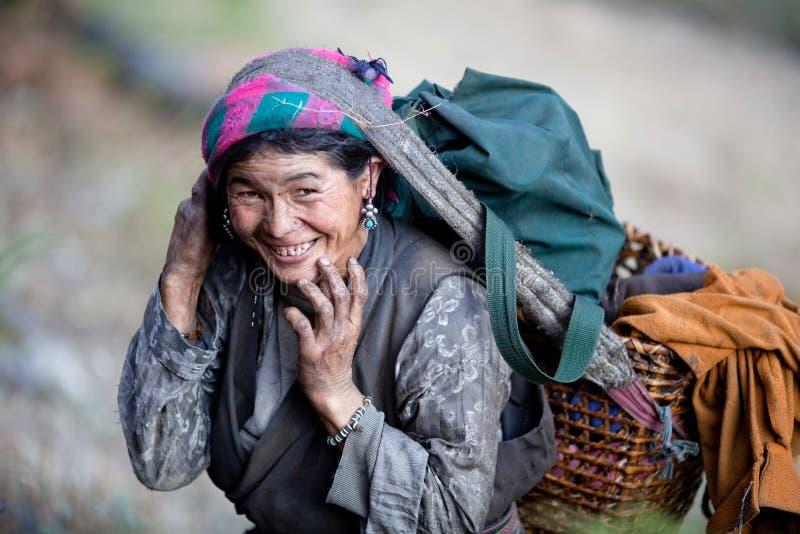 Vieja mujer campesina nepalesa fotos de archivo