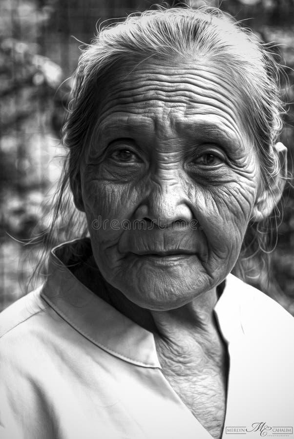 Vieja mujer de la filipina imagenes de archivo