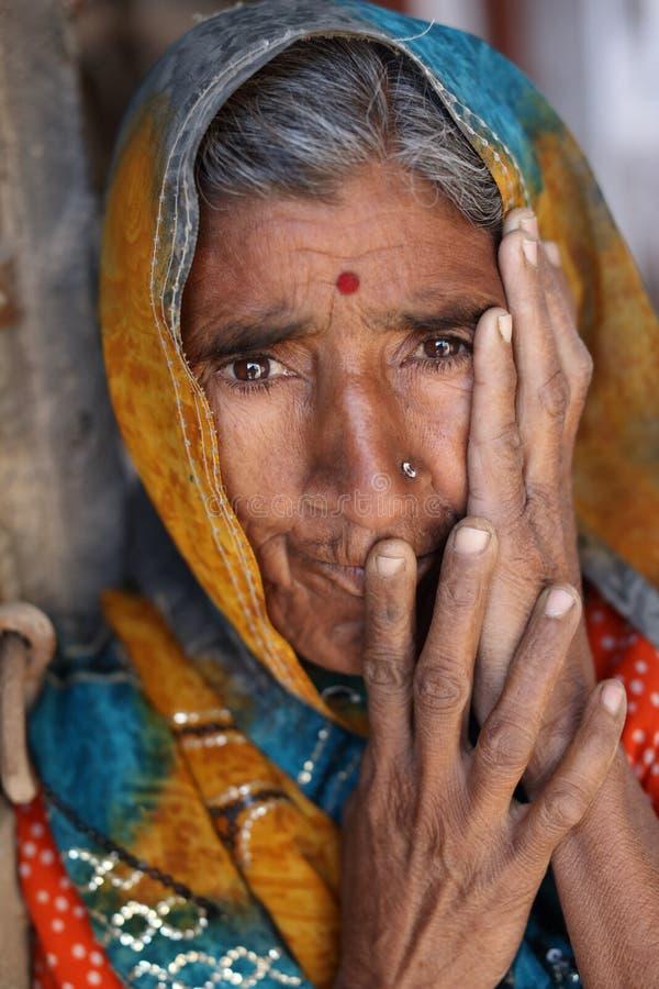 Vieja mujer de Rajasthani en Jaisalmer, la India fotografía de archivo