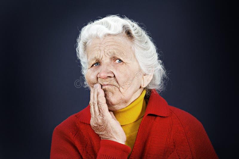 Vieja mujer mayor escéptica foto de archivo libre de regalías