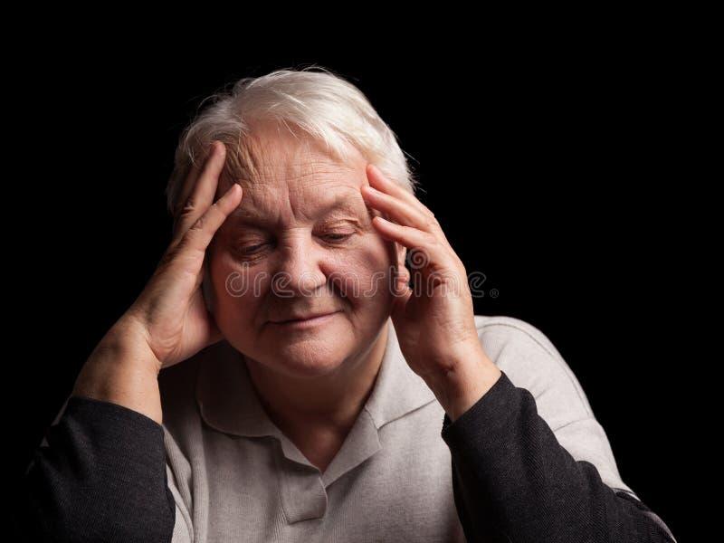 Mujer mayor con dolor de cabeza fotografía de archivo