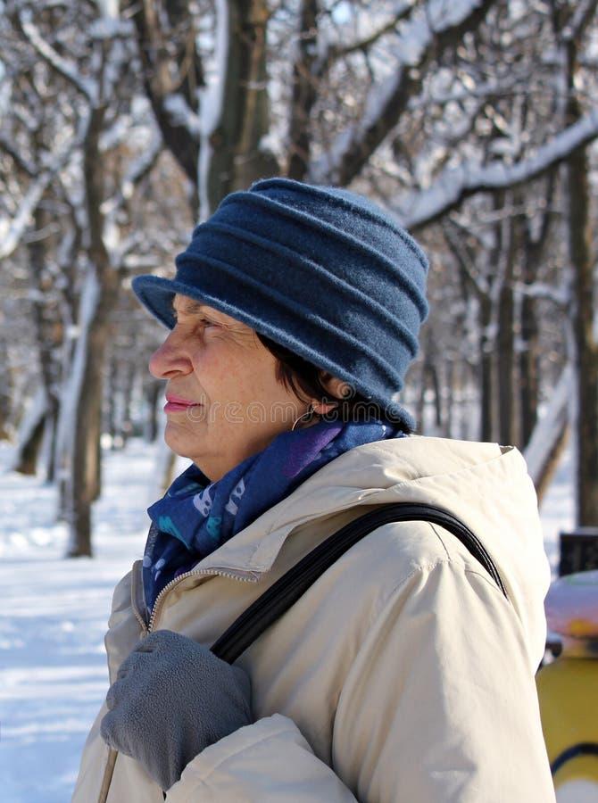 Vieja mujer mayor pensativa sola triste imagen de archivo libre de regalías