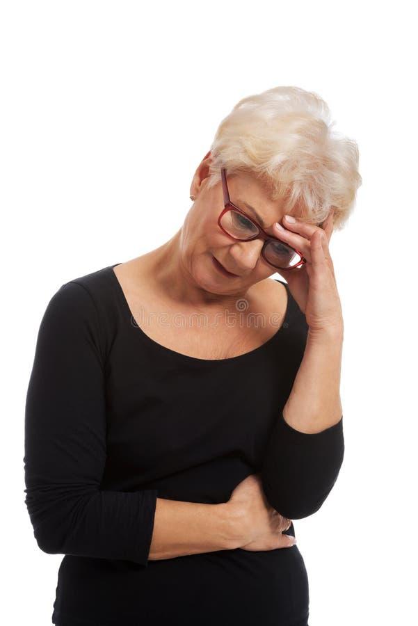 Vieja mujer preocupante fotografía de archivo