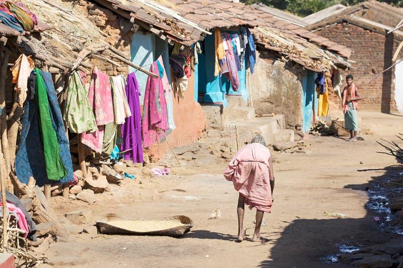 Vieja mujer tribal india en la aldea imagen de archivo libre de regalías