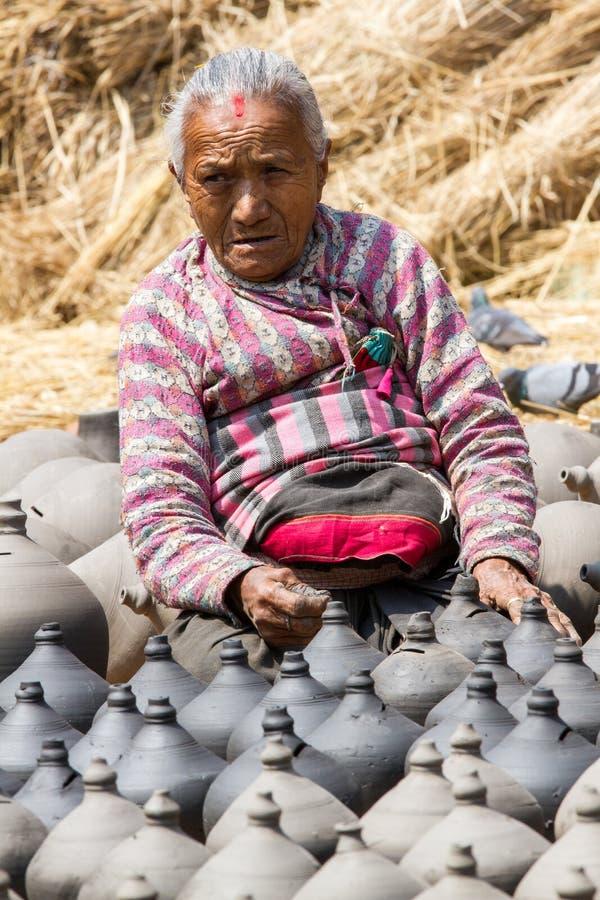 Vieja nepalesa trabajando con cerámica fotografía de archivo libre de regalías