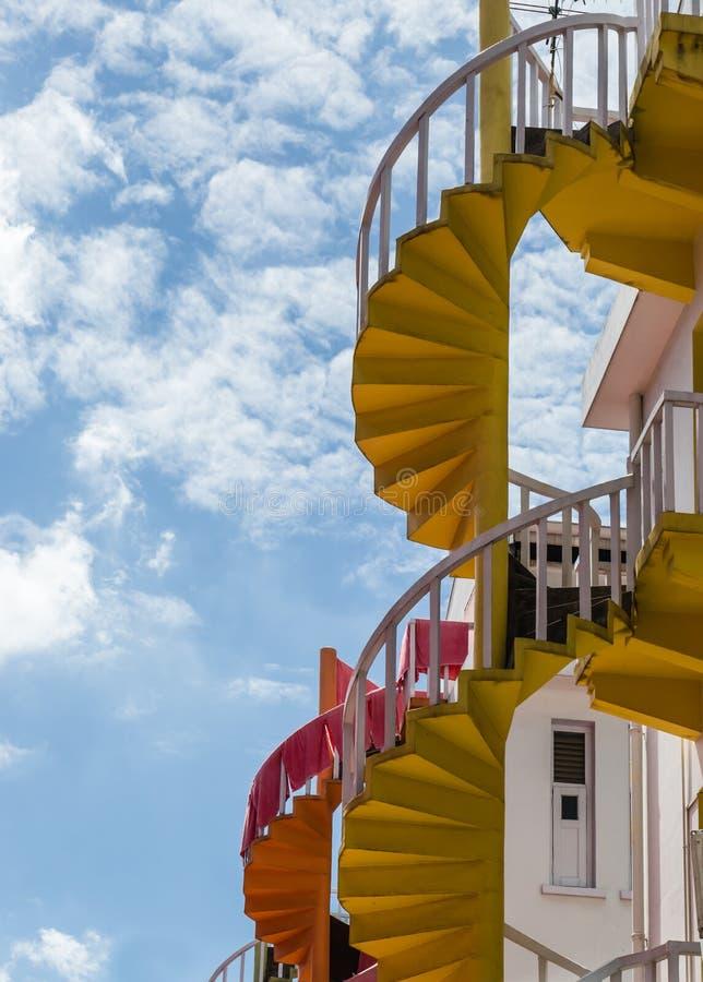 Vieja opinión colorida constructiva de la escalera de la parte inferior imagen de archivo libre de regalías