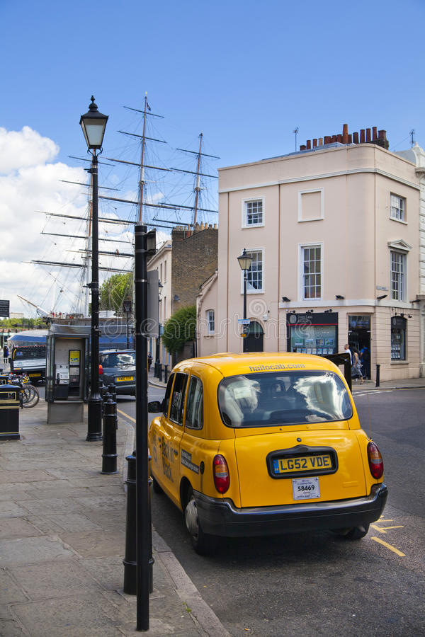 Vieja opinión de Greenwich de la calle con el taxi amarillo fotografía de archivo