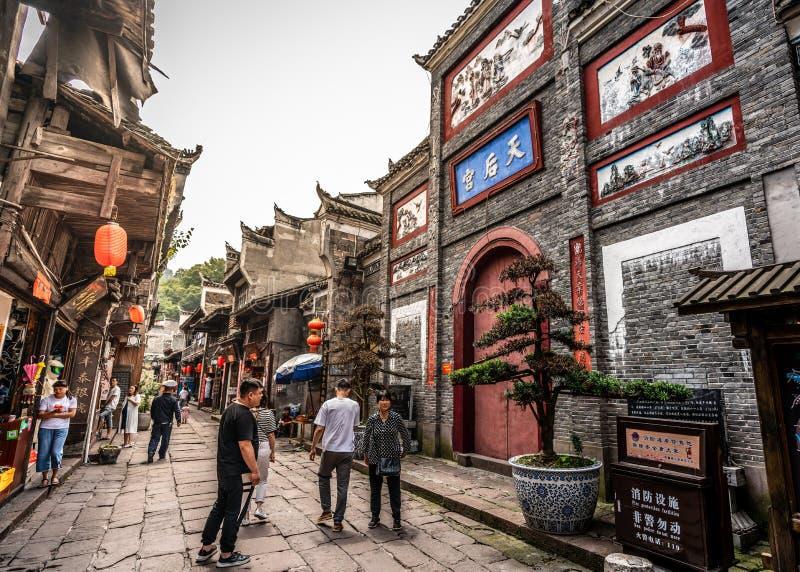 Vieja opinión de la calle en la ciudad antigua de Phoenix con la entrada del palacio de Tianhou en Fenghuang Hunan China fotos de archivo