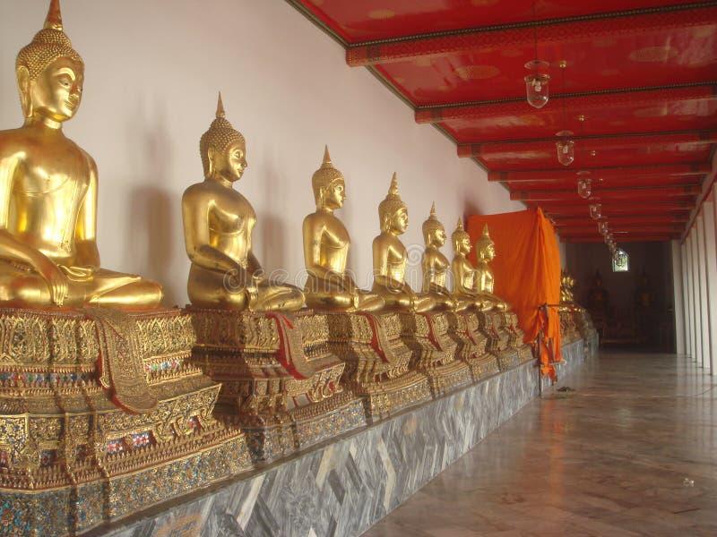 Vieja opinión de las estatuas de Buda del templo budista de Tailandia fotografía de archivo libre de regalías