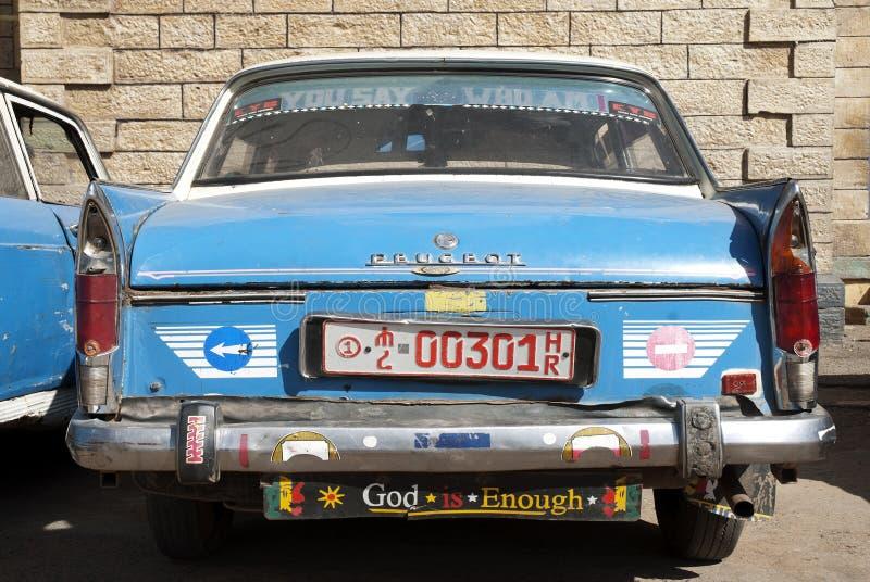 Vieja Peugeot etíope carretea en Etiopía harar fotografía de archivo