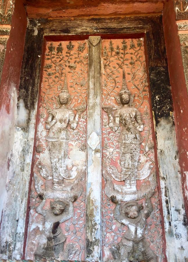 Vieja pintura budista en la puerta antigua fotografía de archivo libre de regalías