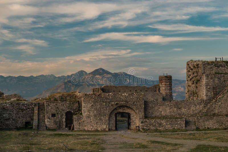 Vieja puerta arruinada del castillo en el fondo las montañas albanesas fotos de archivo