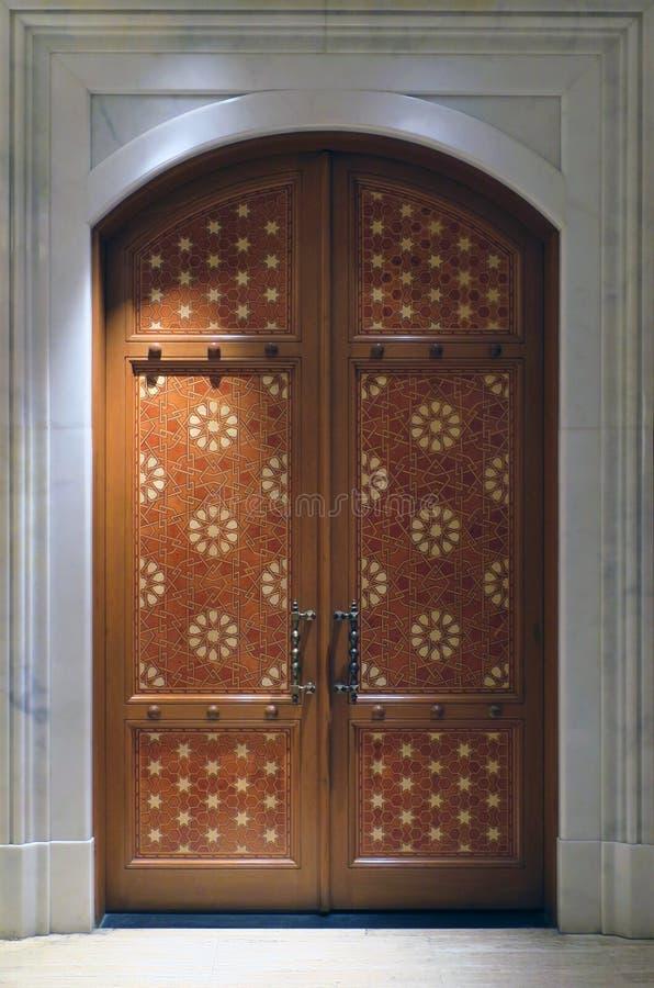 Vieja puerta bordada del palacio fotografía de archivo libre de regalías