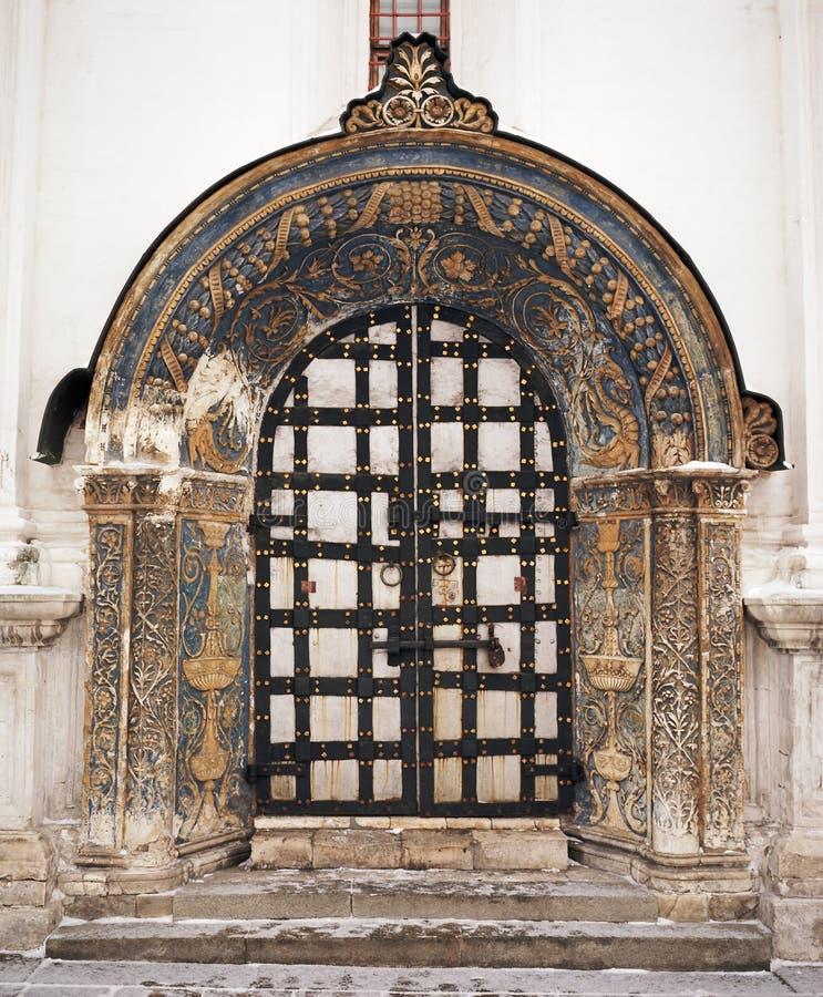 Vieja puerta de la catedral foto de archivo libre de regalías