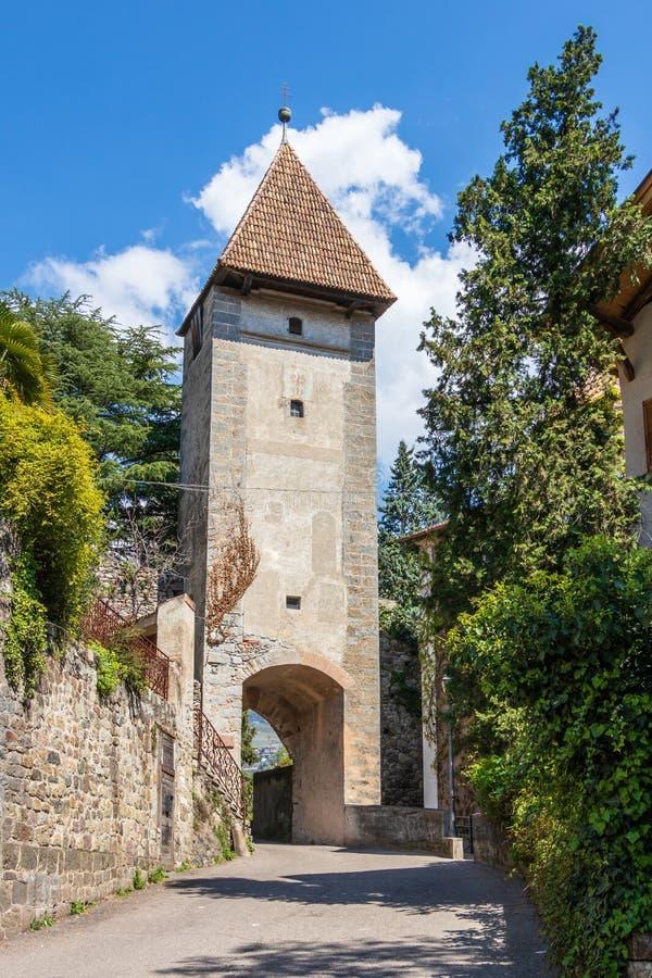 Vieja puerta de la entrada de Meran Ger Der Meraner Stadtmauer de Passeirertor Merano, provincia Bolzano, el Tyrol del sur, Itali foto de archivo libre de regalías