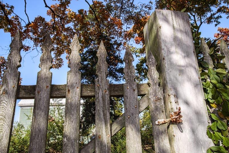 Vieja puerta de la valla de estacas fotografía de archivo libre de regalías